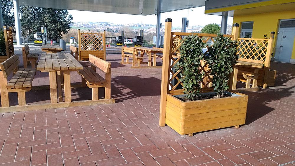 Tavoli panche fioriere per stazioni di servizio